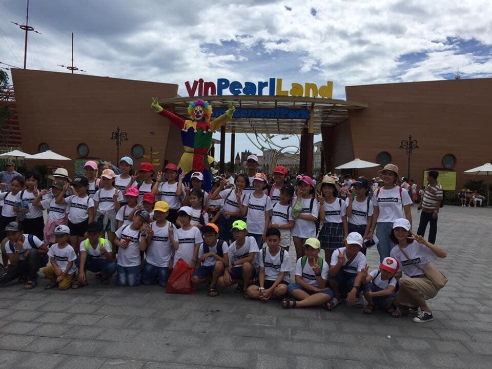 Đoàn khách tham quan Vinpearl Land Nam Hội An