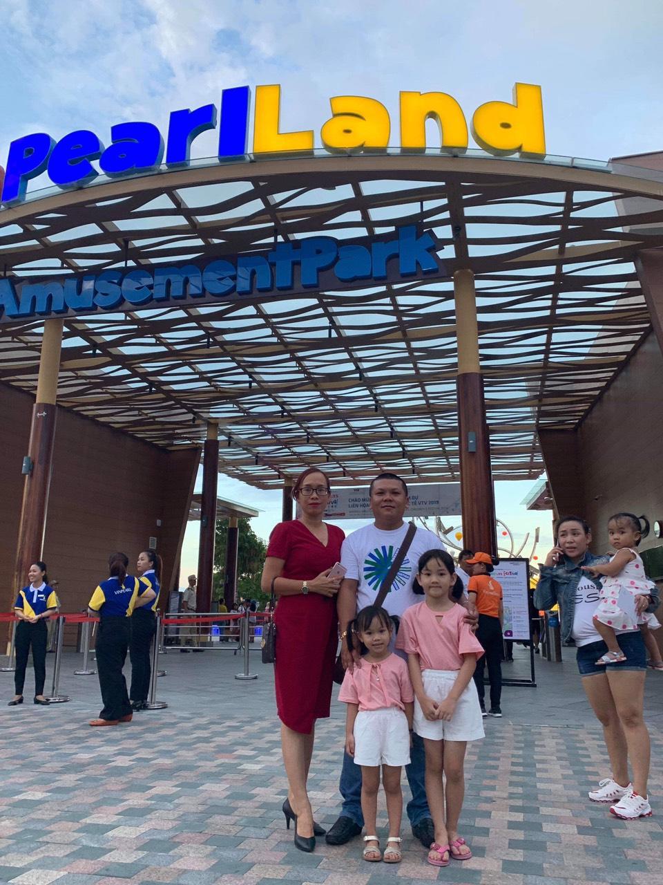 Du khách chụp ảnh lưu niệm trước cổng Vinpearl Land Nam Hội An