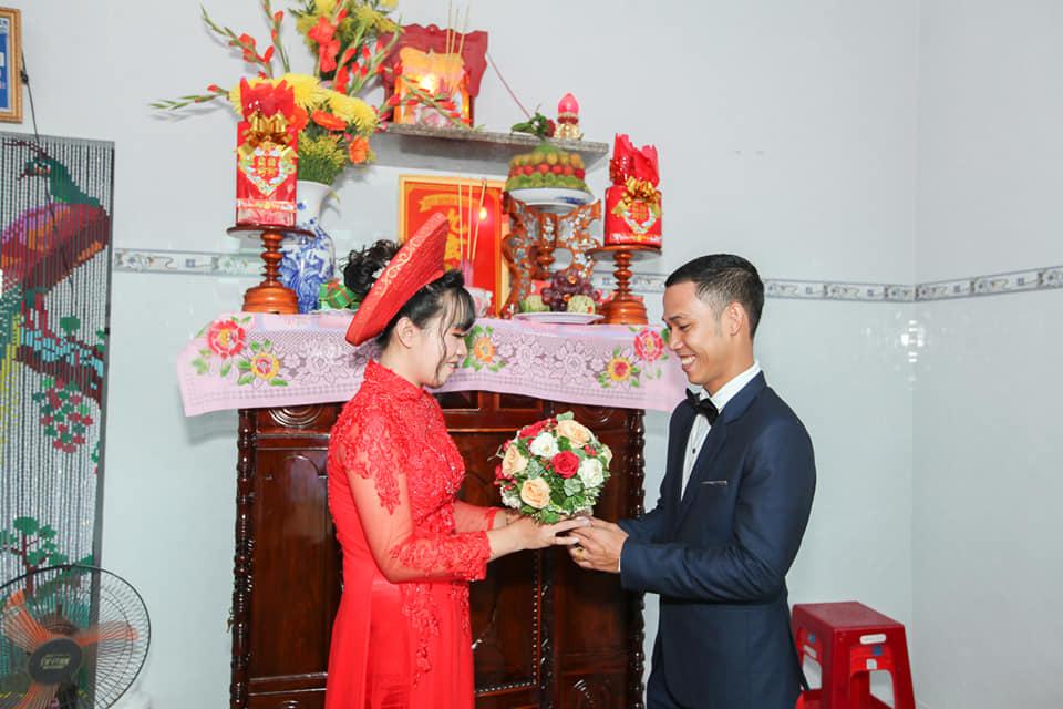 Cô dâu và chú rể bái gia tiên