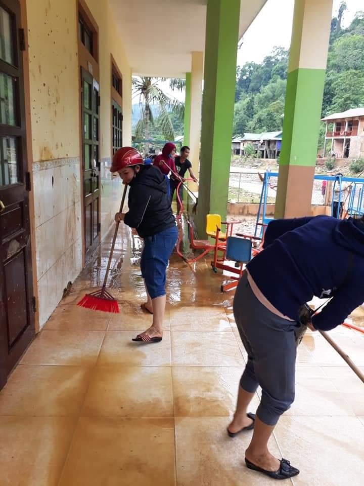 Dọn vệ sinh sau lũ lụt