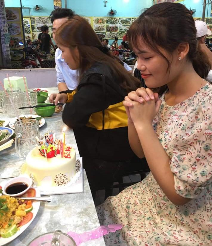 Cô gái thổi nến sinh nhật