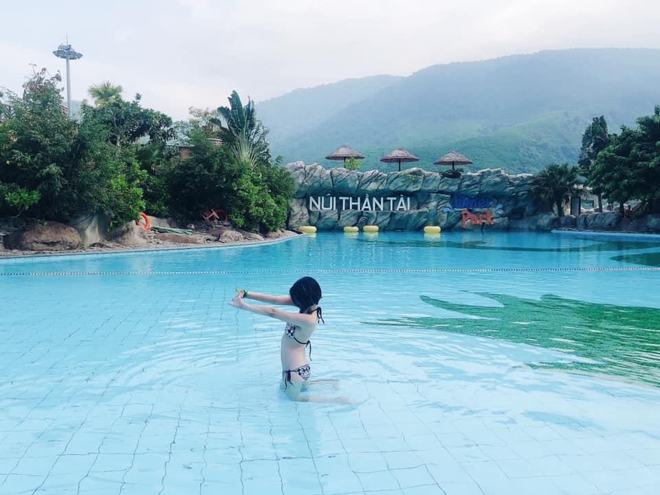 Du khách tắm mát ở núi Thần Tài