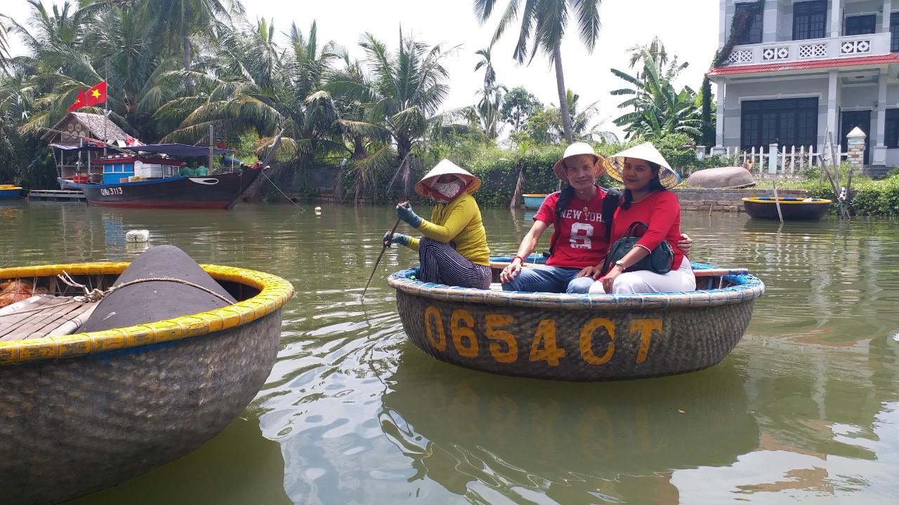 Du khách tham quan rừng dừa Cẩm Thanh