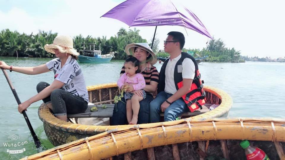 Gia đình du khách tham quan rừng dừa nước Cẩm Thanh