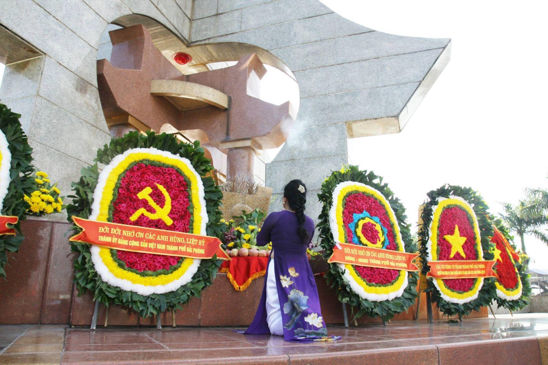 Tưởng niệm anh hùng liệt sĩ