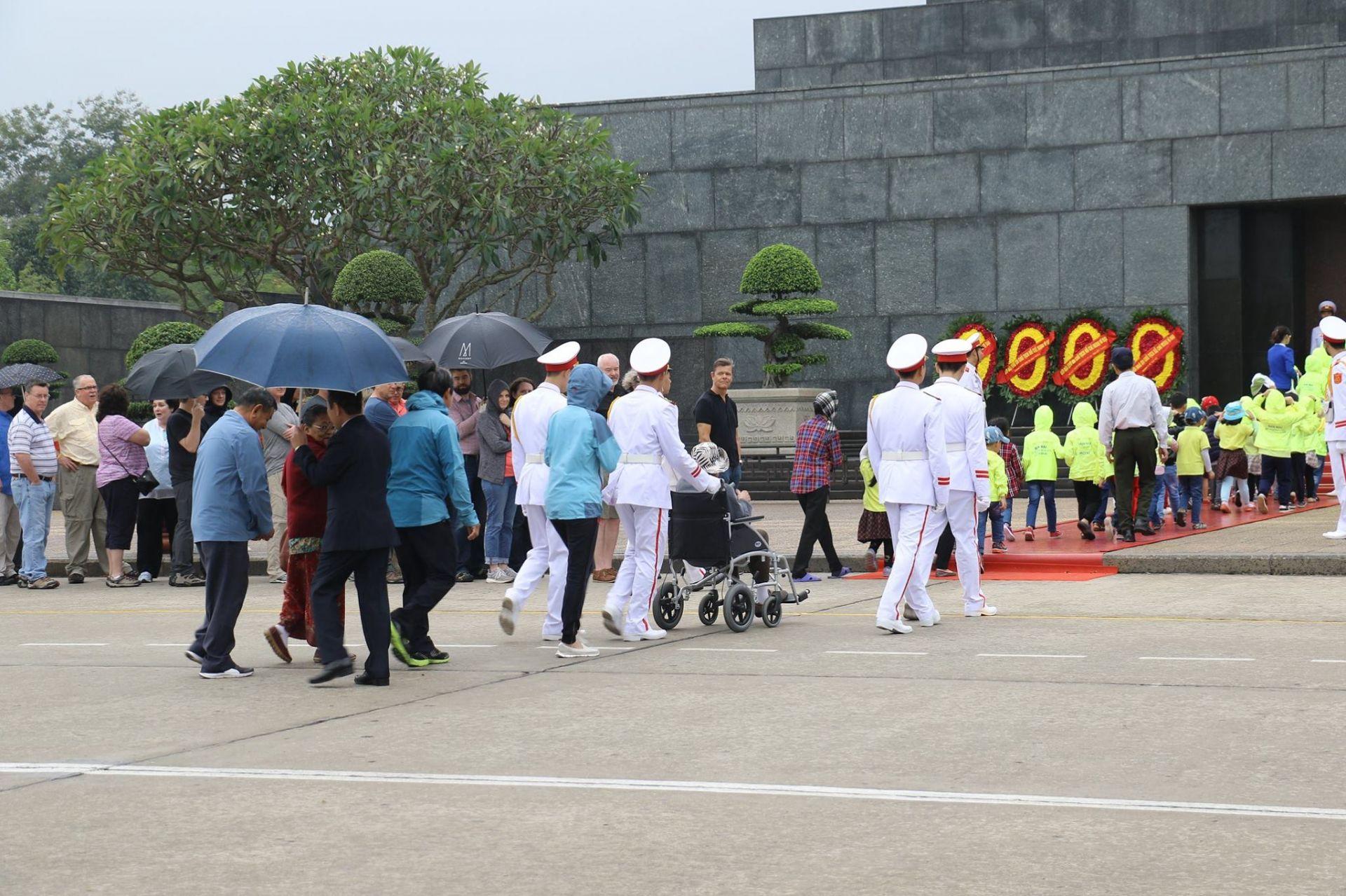 Vòng hoa viếng Chủ tịch Hồ Chí Minh