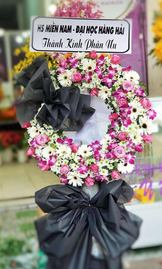 Vòng hoa chia buồn đi đám tang